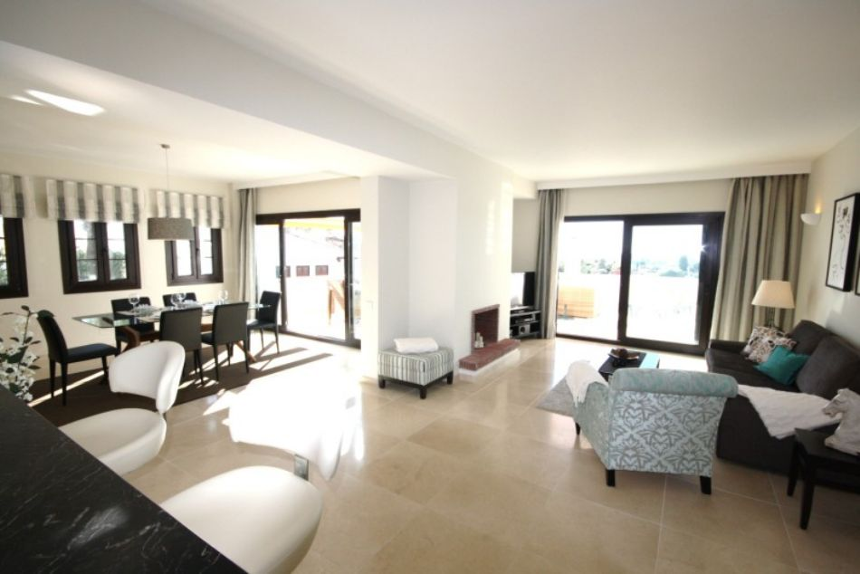 A wonderful and luxurious penthouse perfectly located at Centro Plaza, 7 minutes walk from the beaches and world famous marina Puerto Banus. Enjoy the stunning panoramic sea- and mountain views from the south-west facing terrace, decorated with modern lounge sofas, dining area and sun beds.